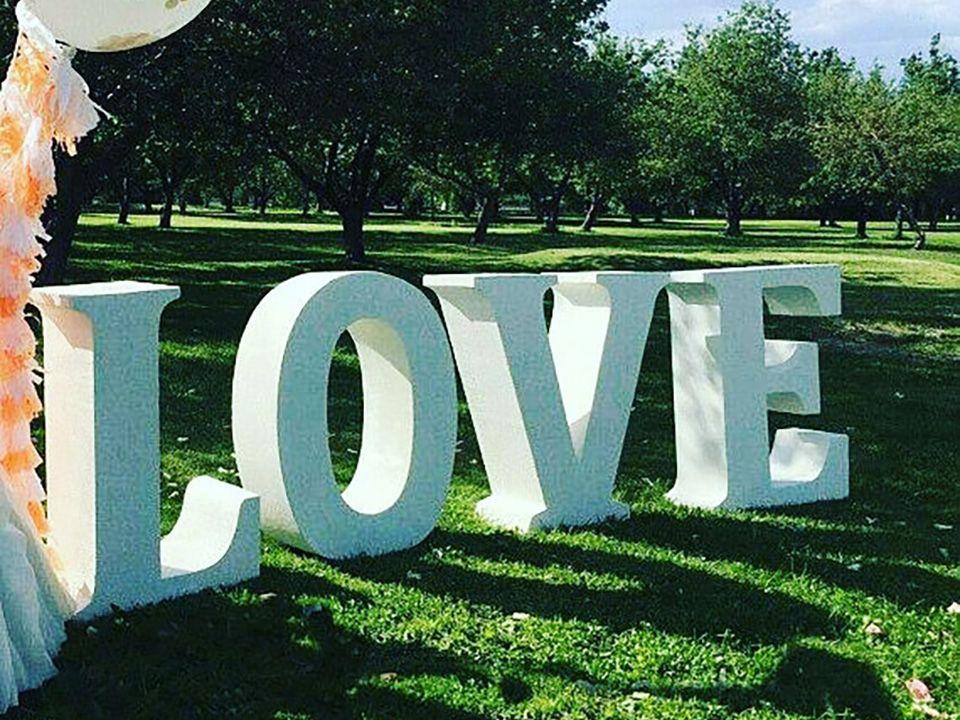Объёмные белые буквы Love
