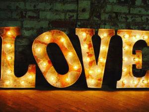 Объёмные буквы Love с подсветкой